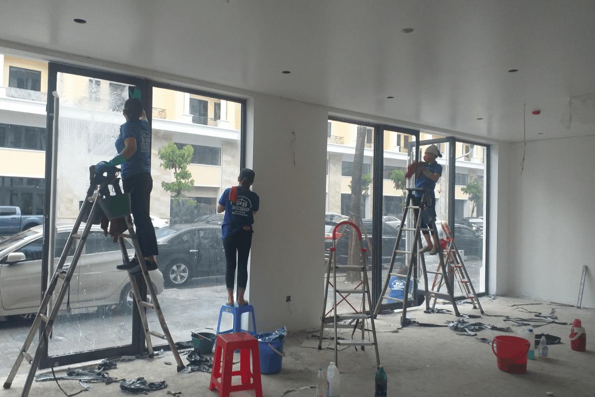 Vệ sinh lau kính toà nhà tại Hạ Long, Quảng Ninh